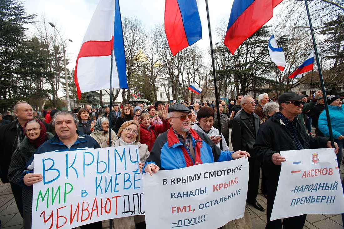 För Ryssland! Demonstranterför att Krim ska tillhöra Ryssland utanför Krims lokala parlament, fredag 6 mars