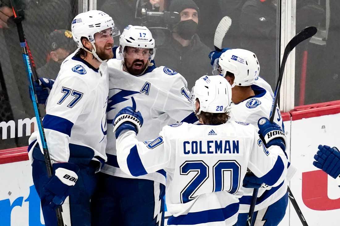 Victor Hedman (vänster) firar med sitt Tampa.