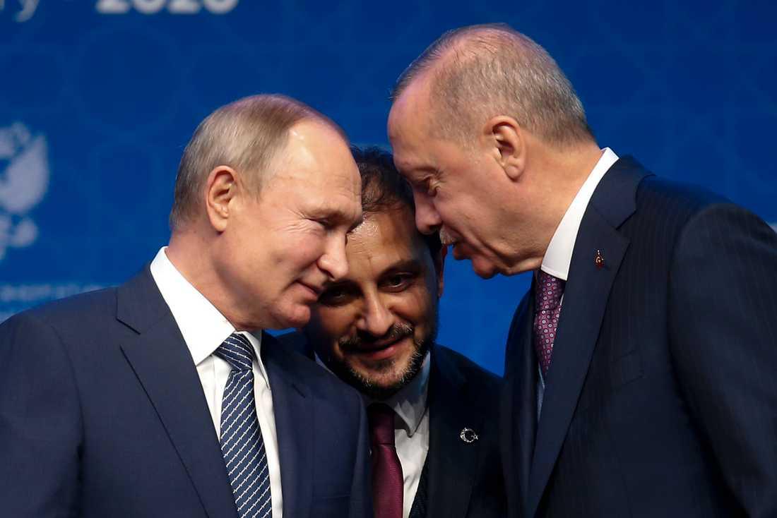 Turkiets president Recep Tayyip Erdogan, till höger, och Rysslands president Vladimir Putin i samspråk i Istanbul under invigningen av den nya gasledningen Turkstream den 8 januari. Mannen i mitten är en tolk. Arkivbild.