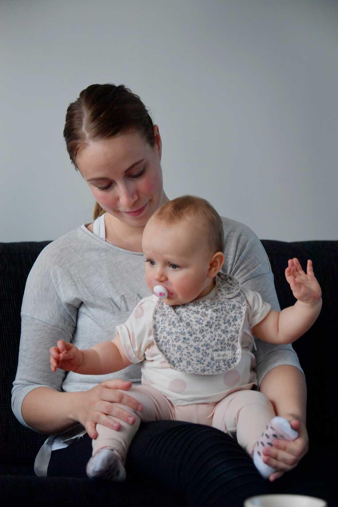 Nadja Sahlén, 26, tillsammans med sin dotter Embla, nio månader. Sedan förlossningen lider Nadja av smärta i underlivet och vid ansträngning kan hon ha svårt att hålla tätt.