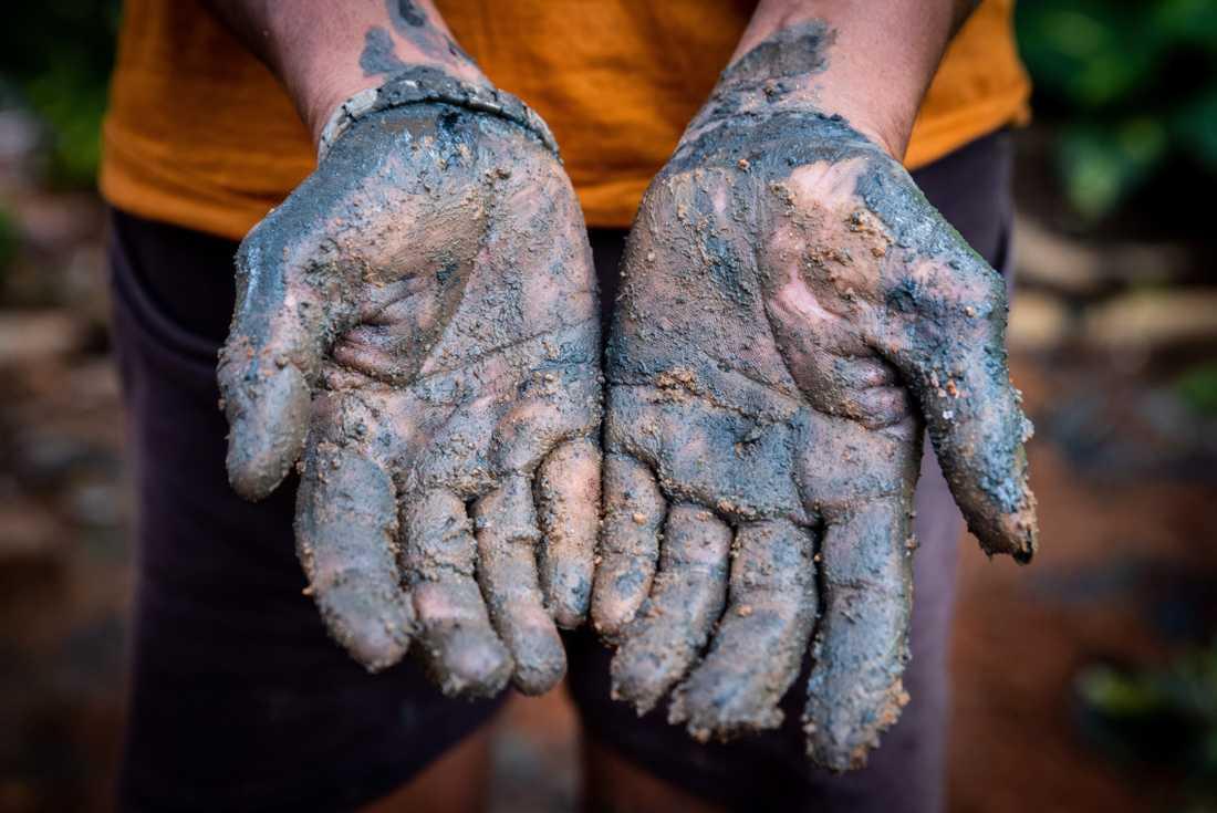 Många som arbetar med latrintömning har ingen skyddsutrustning – inte ens handskar, enligt Wateraid.