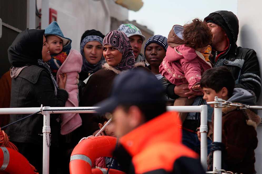 Flyktingar som färdats över Medelhavet anländer till Sicilien.