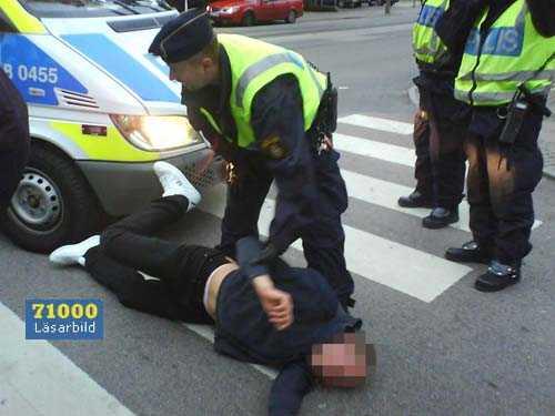 PÅKÖRD PÅ ÖVERGÅNGSSTÄLLET. Polisen försökte stoppa en stor skara Hammarbysupportrar i centrala Göteborg. I tumultet blev en supporter påkörd av en polisbil på ett övergångsställe. Ärendet ska nu utredas av åklagare. Mannen som blev påkörd skadades inte allvarligt.