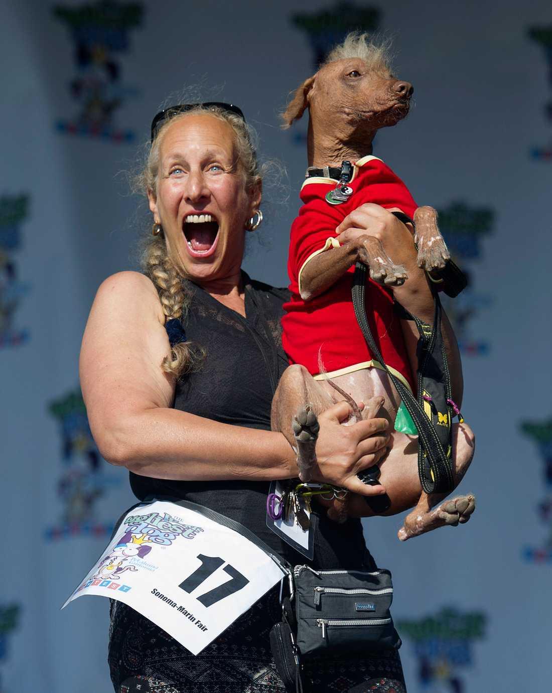 Rona Thau håller upp sin hund Morris