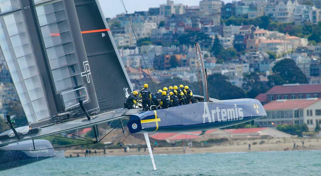 "Artemis ""Big Blue"" under första seglingen i Louis Vuitton Cup mot Luna Rossa i San Francisco."