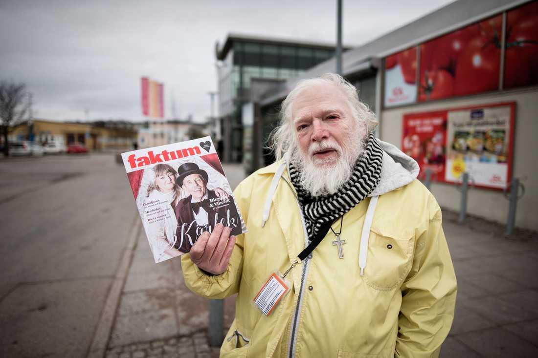 """Lars Sjöberg, 73, säljer Faktum för att få några extra tusenlappar i månaden: """"Med min normala pension går det bara runt""""."""