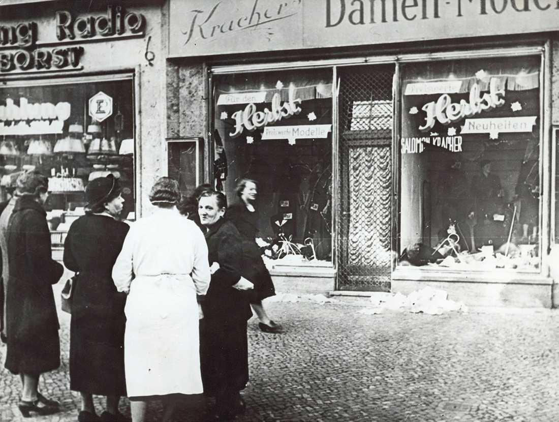 En folksamling utanför en butik med judiska innehavare. 7500 butiker förstördes och 1000 synagogor brändes ner.