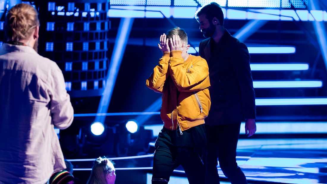 Noah fär hjälp att ta sig från scenen.