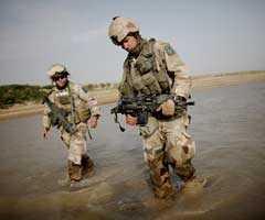 Svenska soldater på patrull i närheten av Al-i-Zayi. Området är känt för att vara ett talibanfäste.