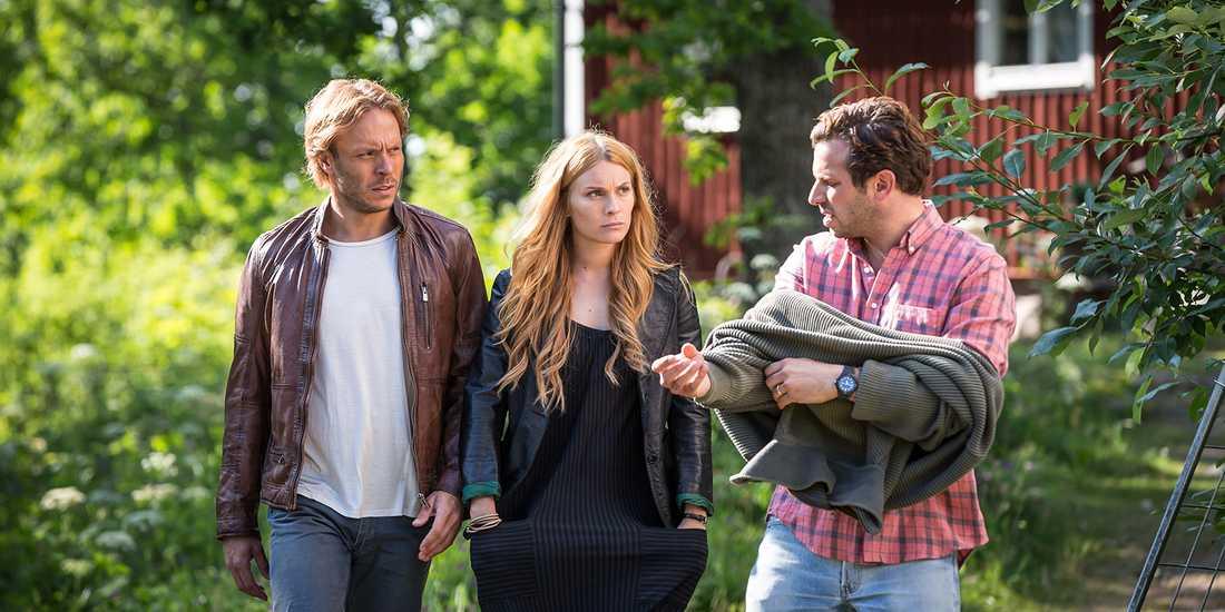 """Björn Bengtsson som """"Lasse"""", Aliette Opheim som """"Jonna"""" och Joel Spira som """"Oskar"""" i SVT:s """"Tjockare än vatten""""."""