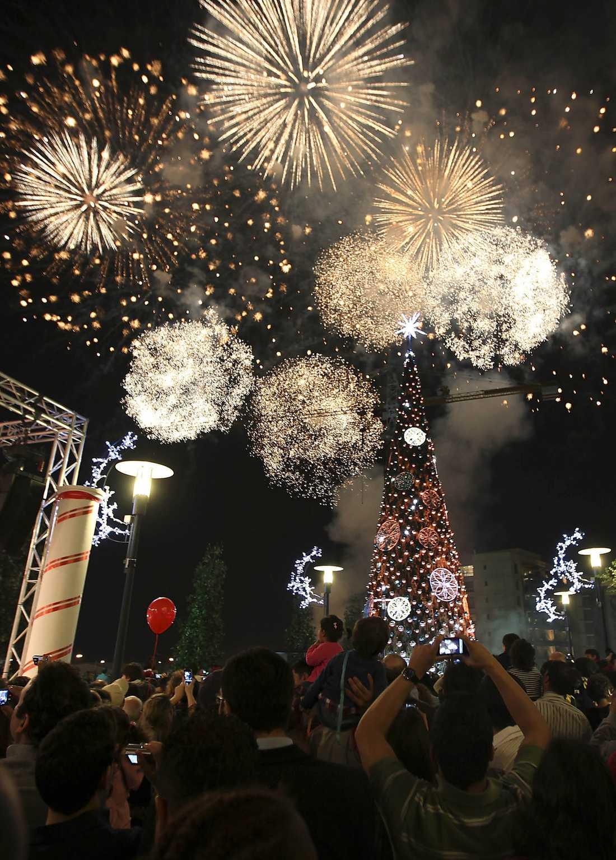 Libaneserna startar firandet av Jesus födelsedag med ett hejdundrande fyrverkeri. Här för att fira tändningen av en stor julgran i Beirut.