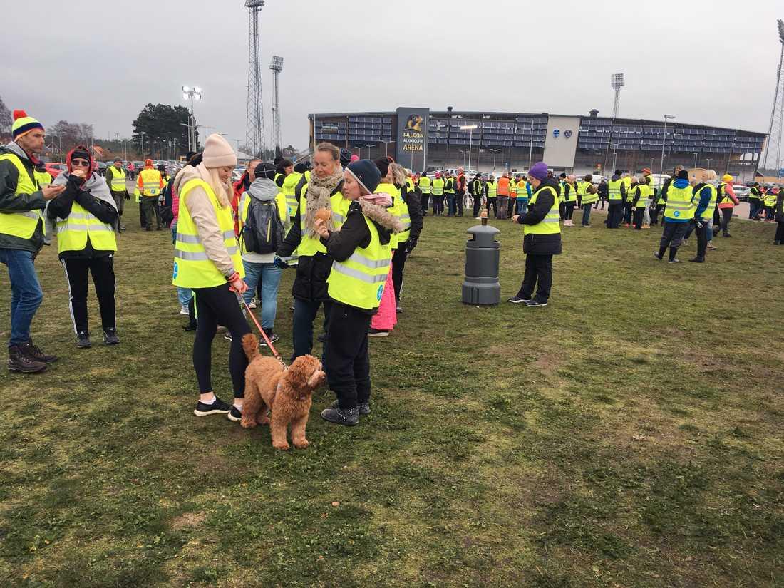 Missing People samlas på gräsplanen utanför Falkenberg fotbollsarena.