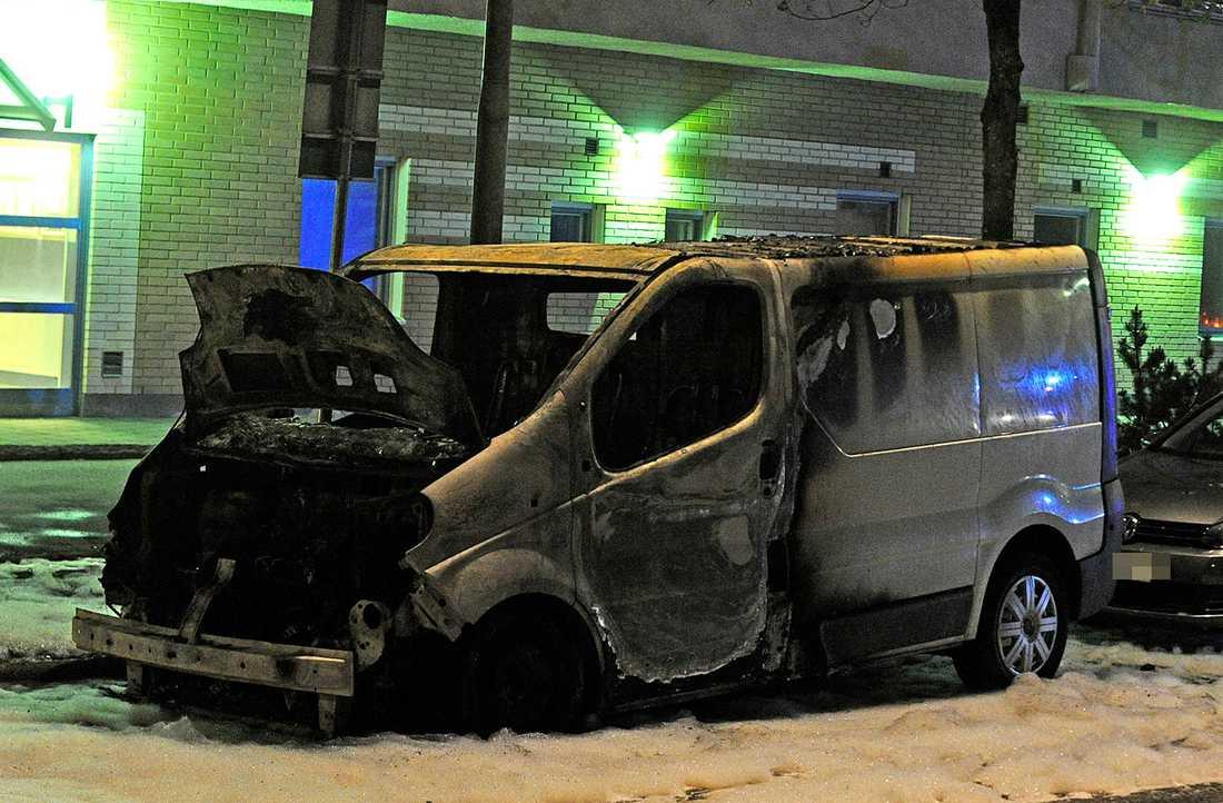 En utbrunnen bil i Husby.