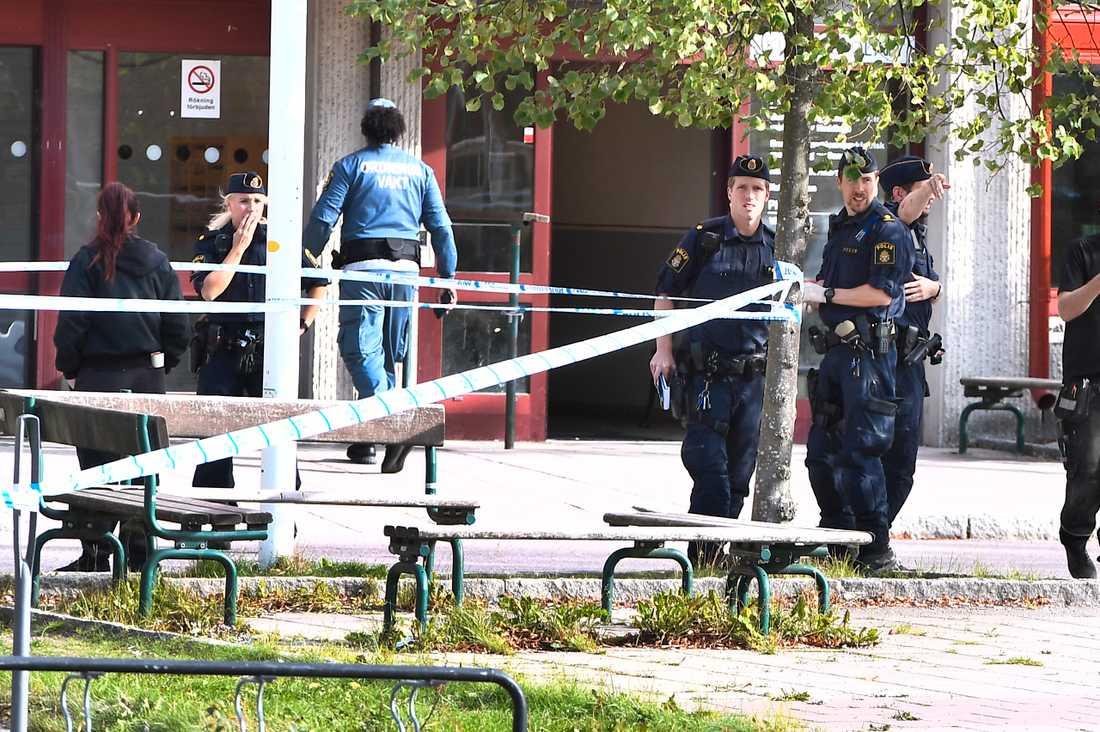 Polisen har spärrat av platsen där en man skottskadades i benet.