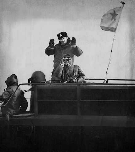 laddad stämning Vasilij Besedin, politisk officer på sovjetiska ubåten U 137, möter världspressens kameror. I morgon är det 25 år sedan ubåten gick på grund i Blekinge skärgård.