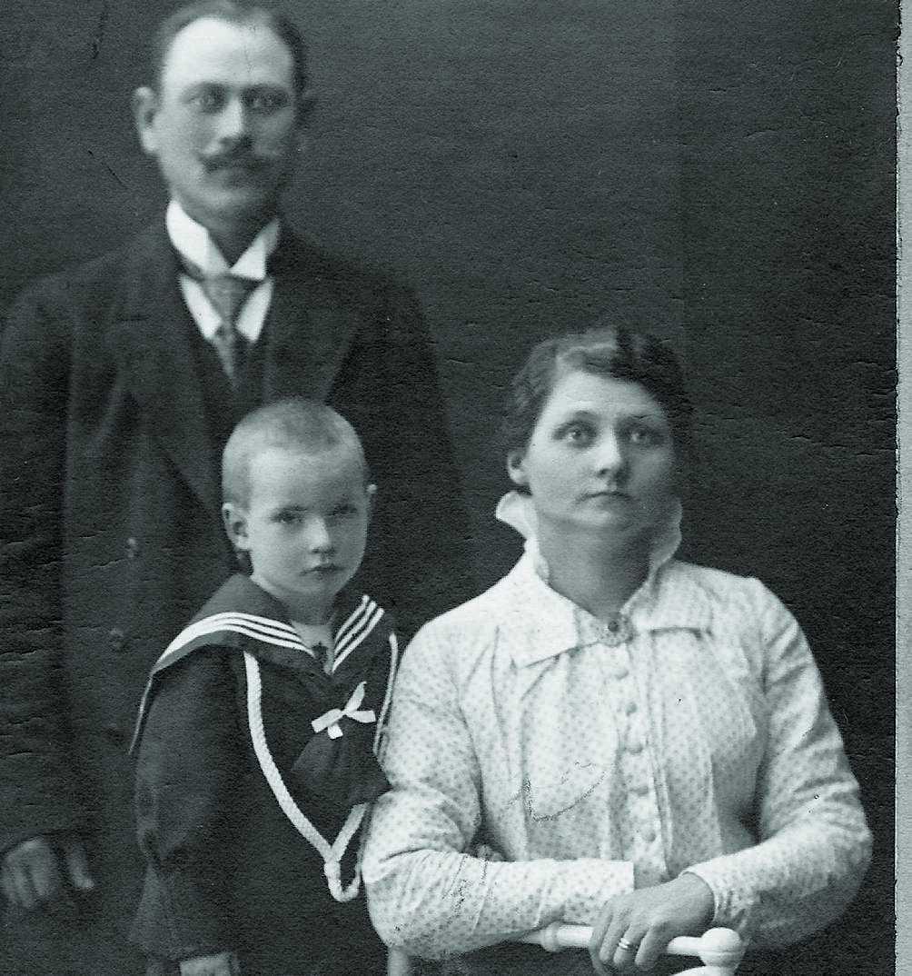 Hilda tillsammans med maken Gustaf och en pojke som kan vara Gustafs son eller ett av fosterbarnen som fick leva.