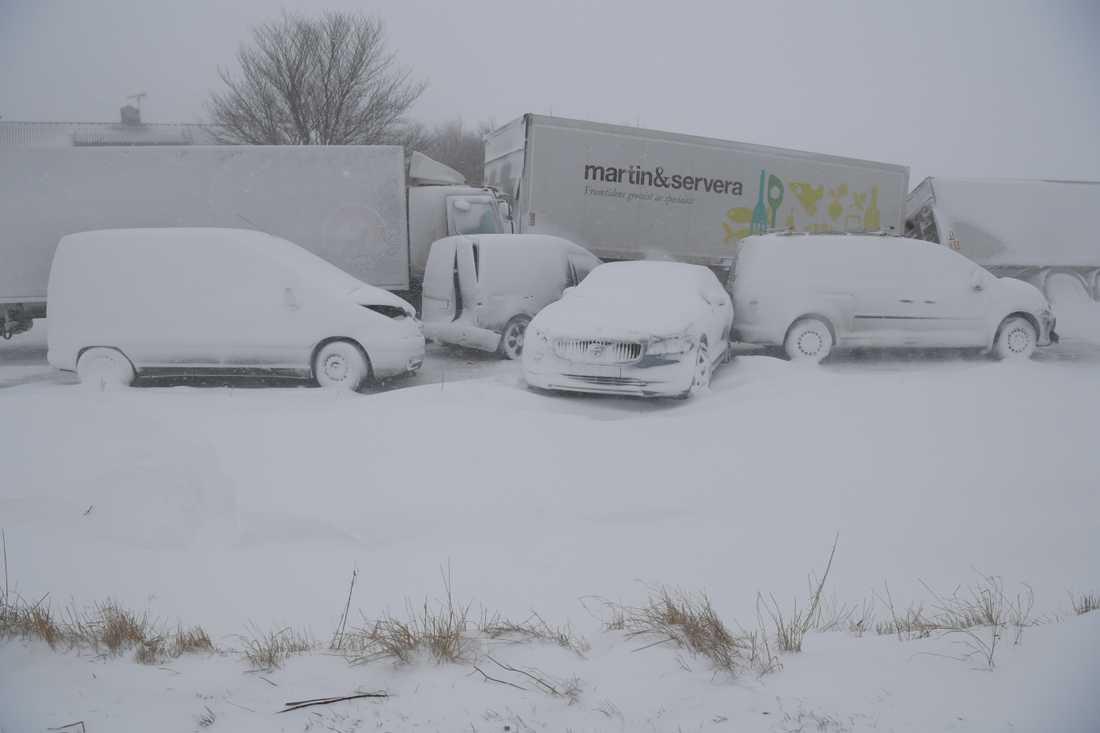 ÖSTERLEN 2018-02-27 En lastbil och tio personbilar var inblandade i en masskrock på väg 11 mellan Sjöbo och Tomelilla i Skåne vid 15-tiden.