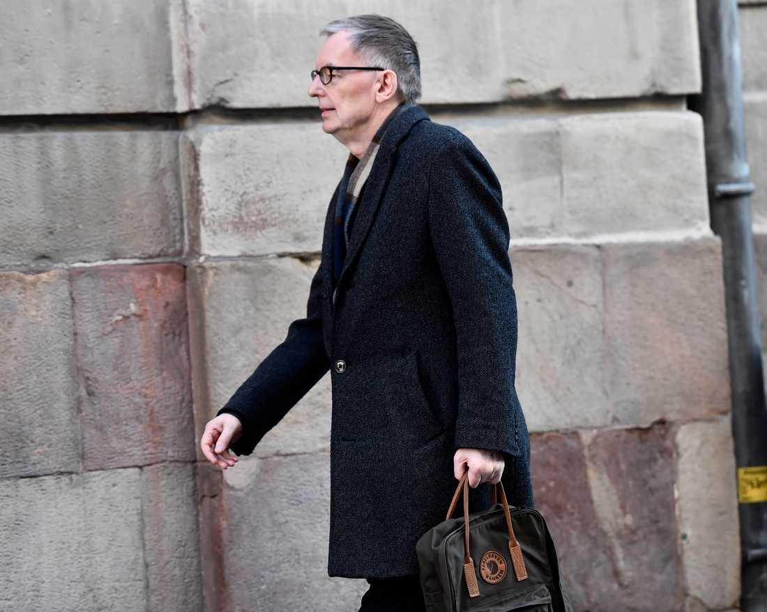 Akademiledamoten Anders Olsson anländer till Svenska Akademiens torsdagssammanträde på Börshuset.