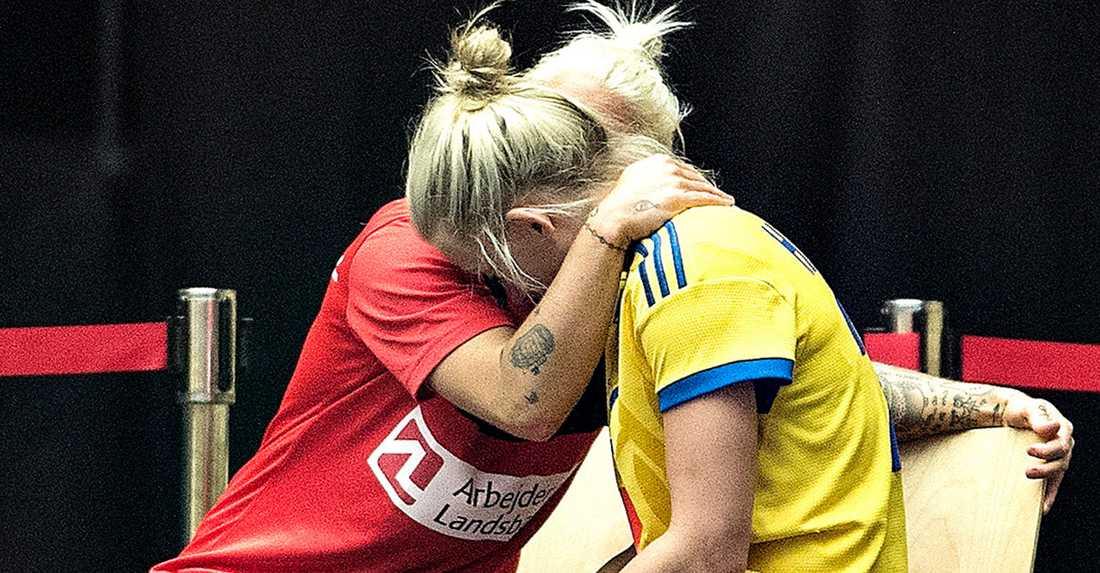 Nathalie Hagman tröstas av Kristina Kristiansen.