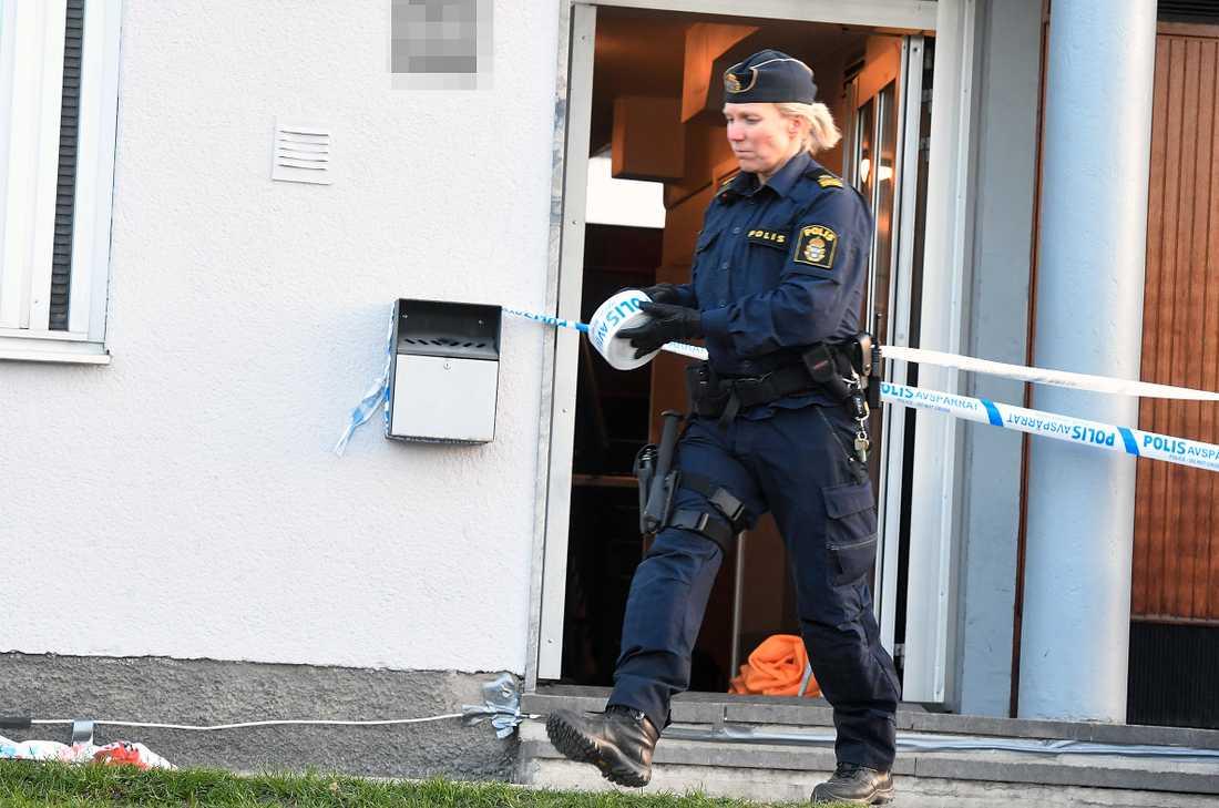 Polis sköt en knivbeväpnad man i Skärholmen till döds.