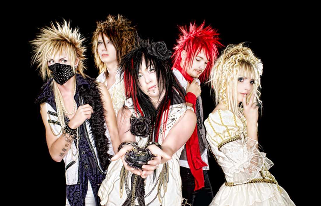 Bandet Seremedy som det såg ut 2011. Från vänster: Bas: Jenziih, gitarr: Ray, sång: Seike, trummor: Linder, gitarr: Yohio