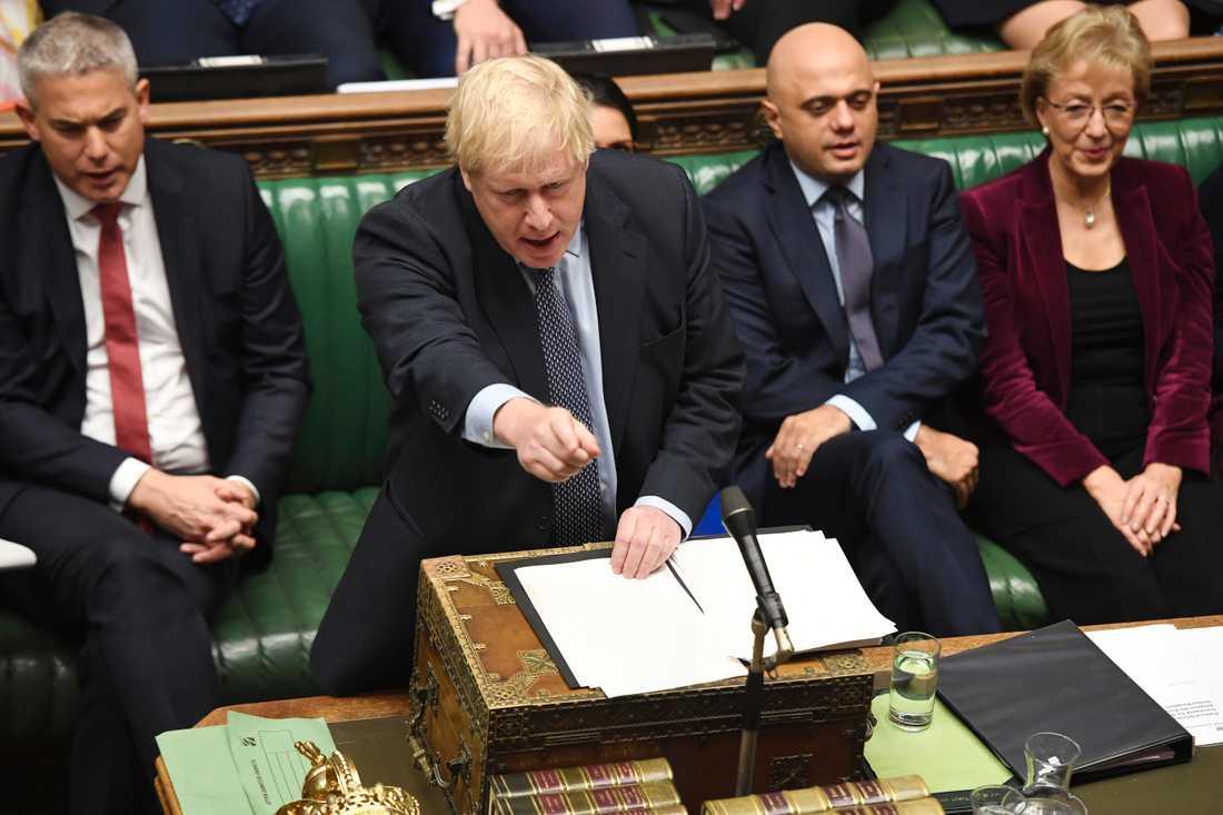 Boris Johnson i det brittiska underhuset under lördagen.