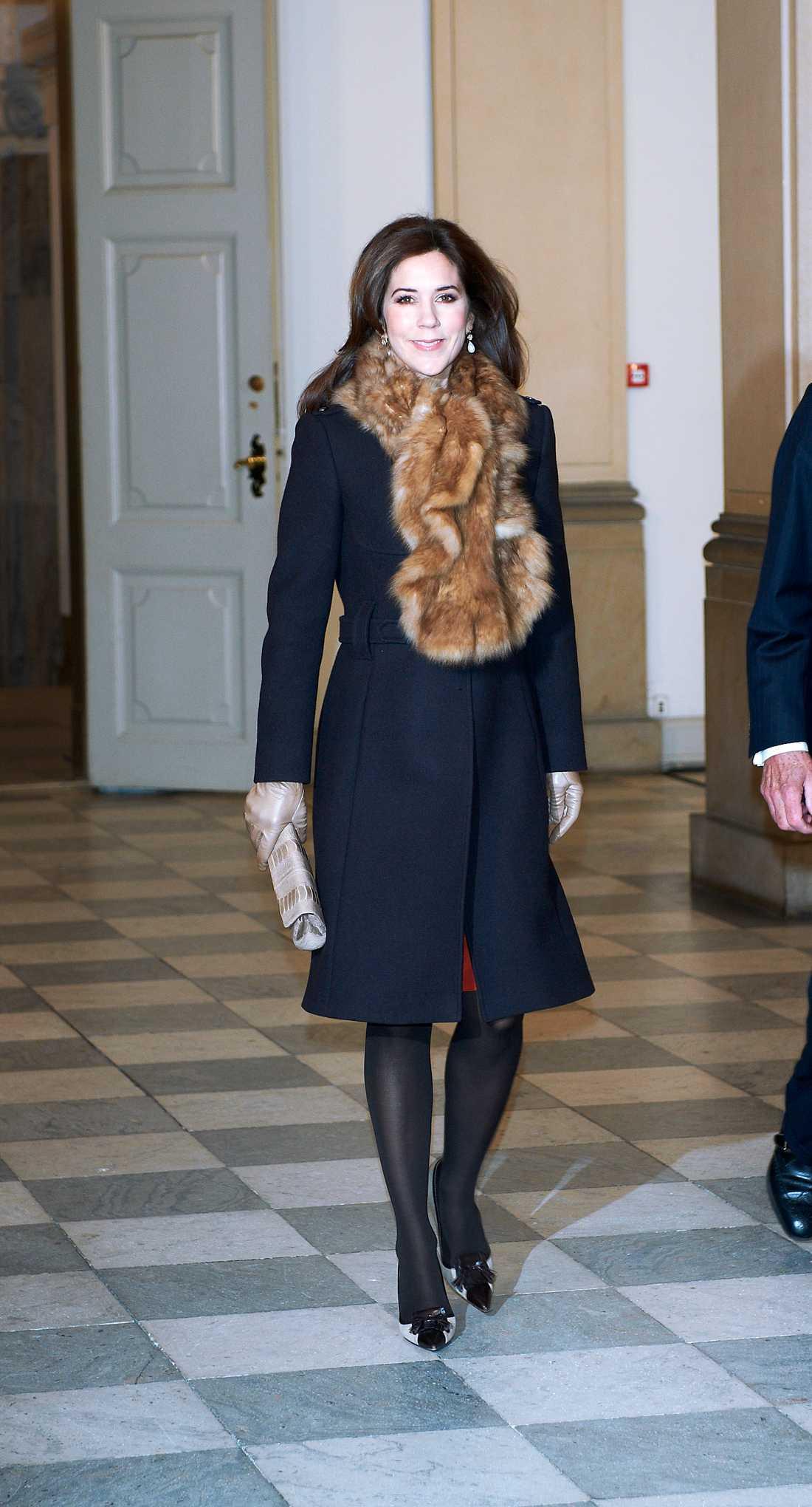 Kronprinsessan Mary av Danmark valde att värma sig i päls och kappa. Även hos Mary syntes vårlika detaljer i form av de ljusa handskarna och kuvertväskan i samma ton.