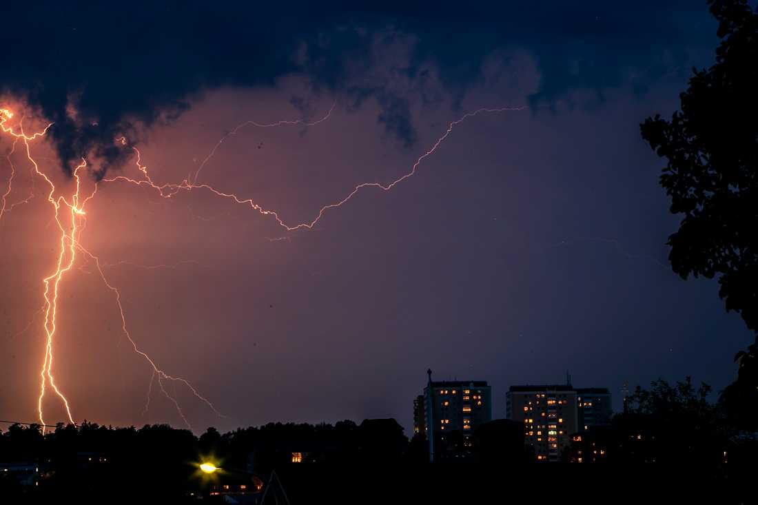 Det blixtrade även kraftigt över Södertälje. Bilden är tagen från Rosenborg och blixten går ner precis över Torekällberget.