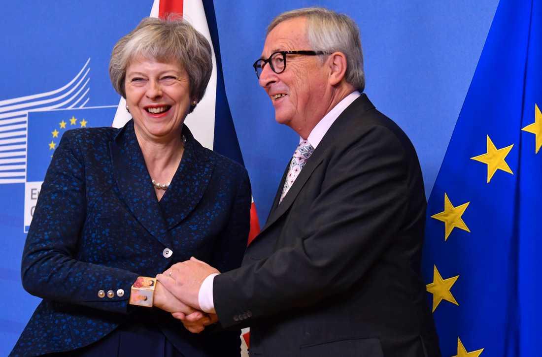 EU-ledaren Jean-Claude Juncker gav premiärminister Theresa May ett hjärtligt mottagande när hon på lördagen anlände till Bryssel inför söndagens toppmöte.