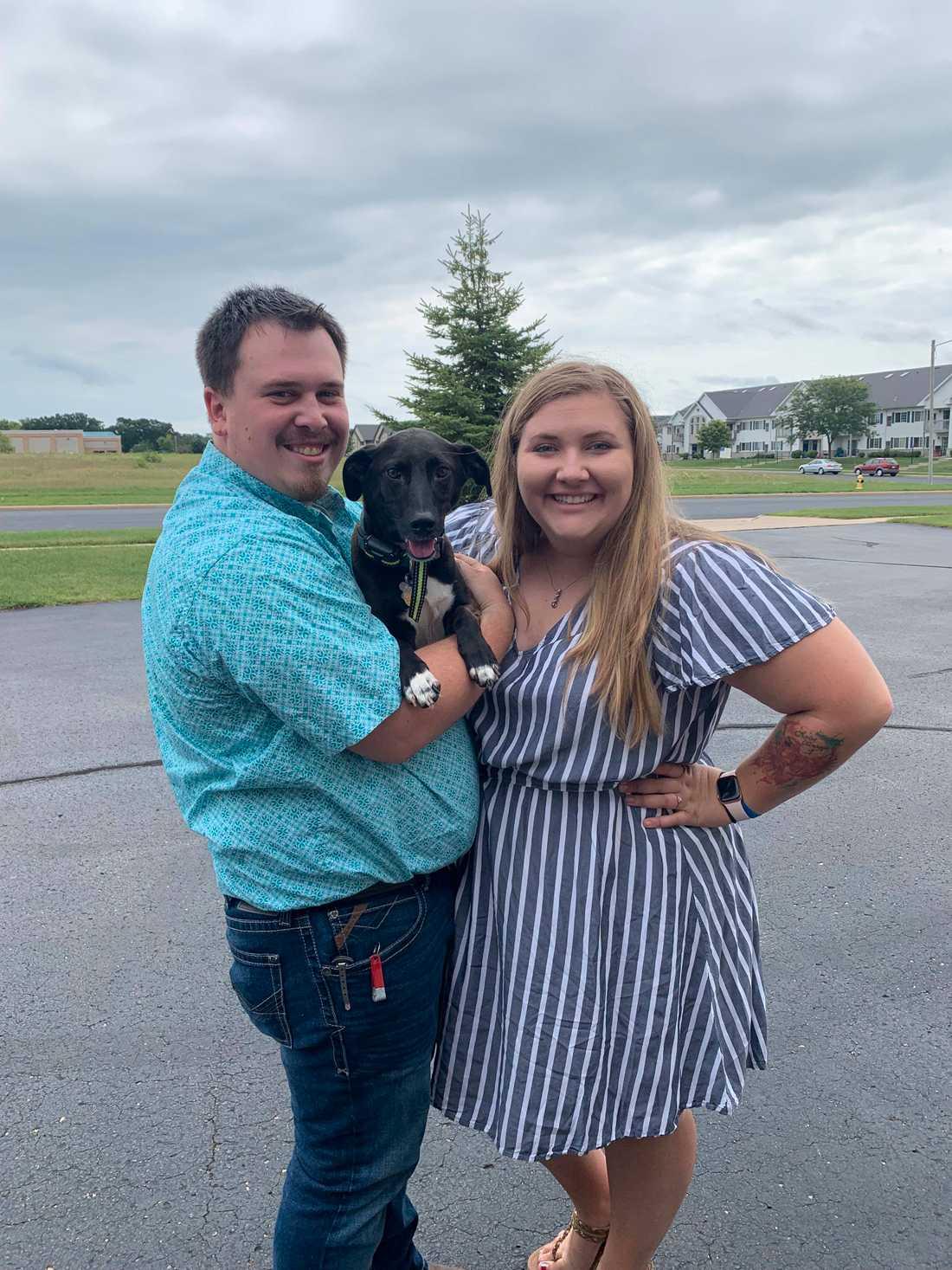 Isabel tillsammans med sin pojkvän Joseph och parets hund Taurus.