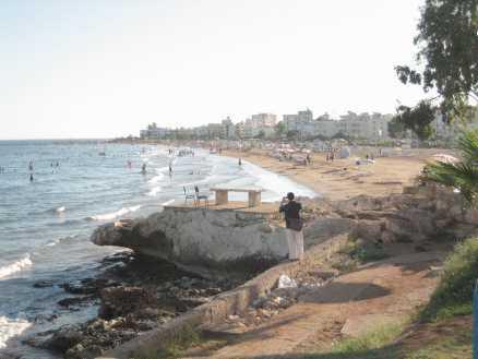 Kizkalesi ligger fem timmars bilresa från Antalya. Längs strandpromenaden finns små stånd där man kan köpa mat.