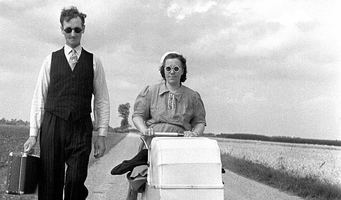 """""""HEM FRÅN SEMESTERN"""" Under 30 lyckliga år 1945–1975 skapades Europas välfärdsstater. Här firar en barnfamilj sina två lagstadgade semesterveckor 1939. 1978 fick alla arbetare rätt till fem veckors ledighet."""