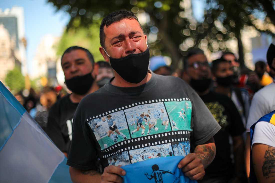 En gråtande man köar utanför presidentpalatset i Buenos Aires för att få ta farväl av sin idol, fotbollslegendaren Diego Maradona.