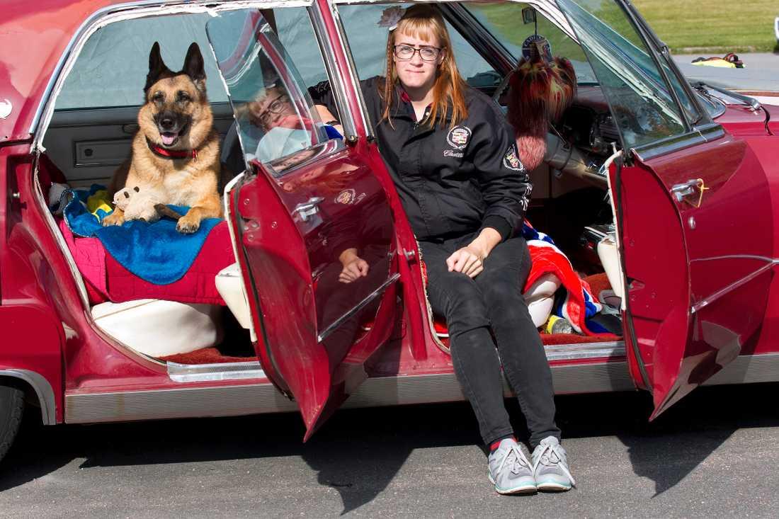 Emli älskar hon att åka i baksätet på Carros röda Cadillac sedan de Ville, -66:a.