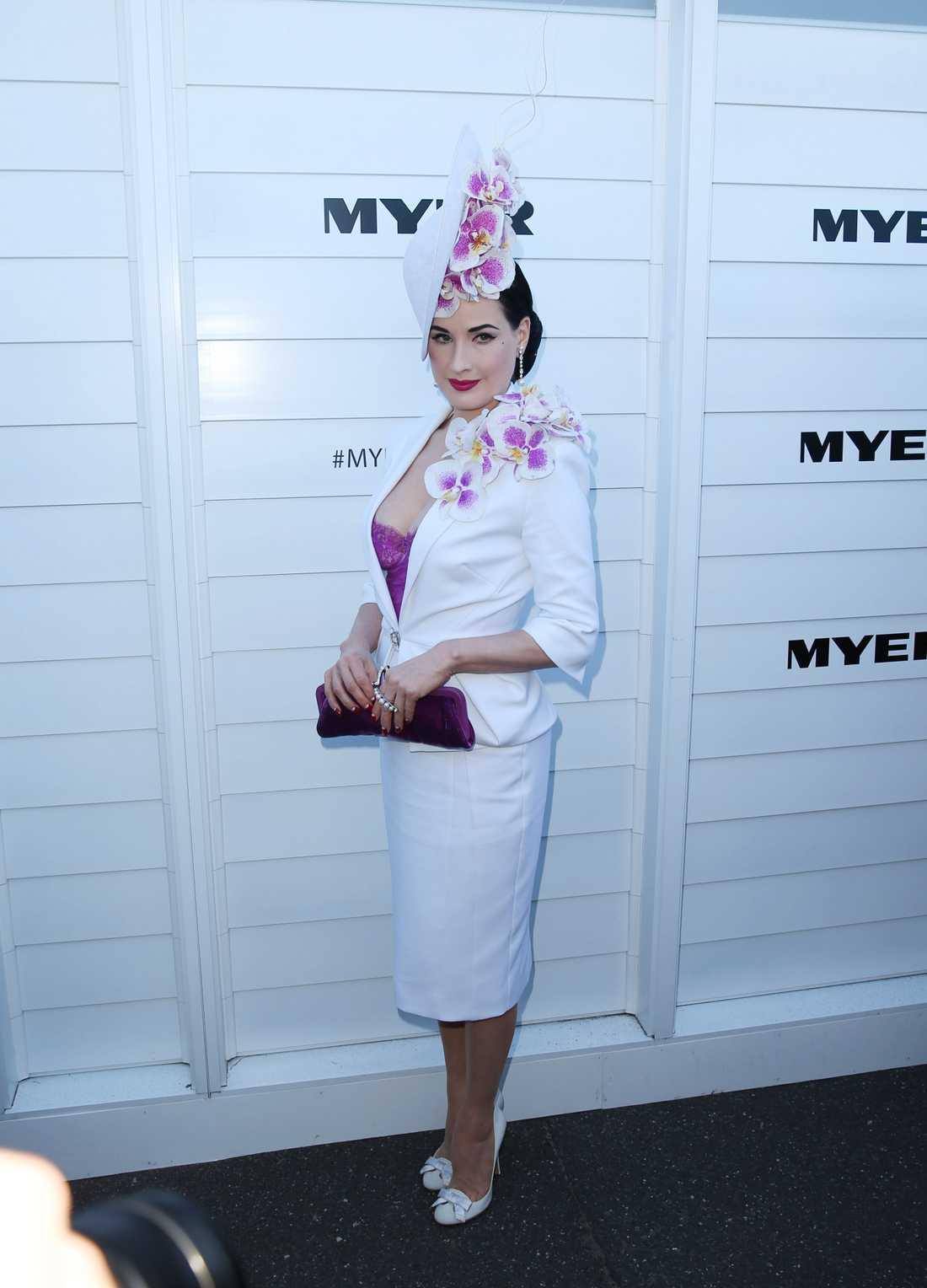 Dita von Teese Hon syns inte ute i vimlet så ofta men när Dita von Teese väl intar röda mattan är hon alltid lika stilig, här i hög hatt och vit dräkt på Myer Marquee-karnevalen på Melbourne Cup-kapplöpningen.