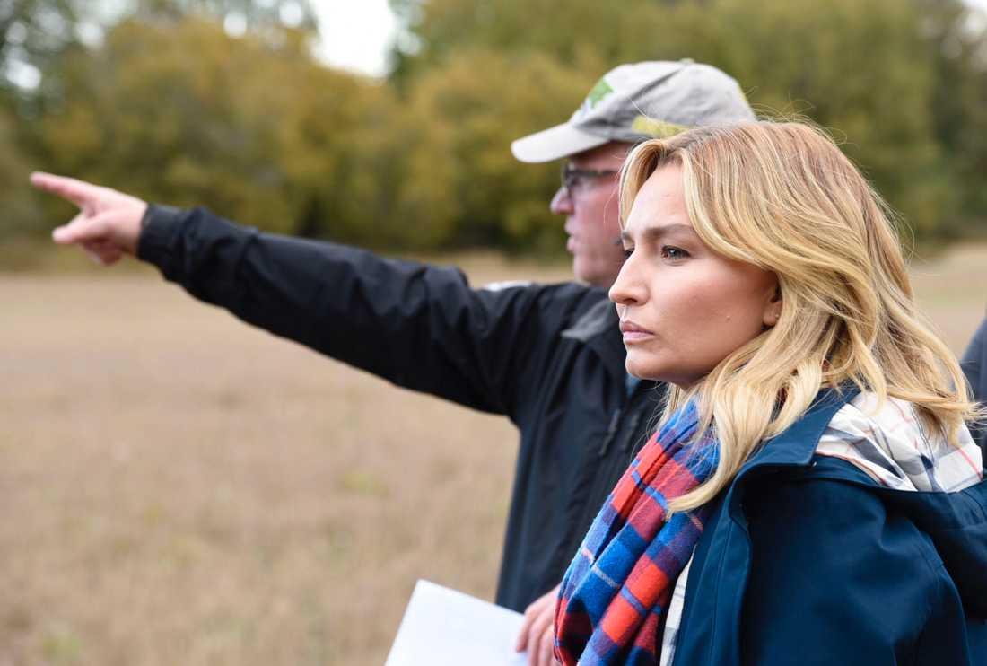 Lantbrukaren Mats Collberg, som drabbats hårt av vildsvinens framfart, visar runt Kristdemokraternas partiledare Ebba Busch Thor och landsbygdspolitiske talesperson Magnus Oscarsson (KD) på sin gård på gård på Adelsö.