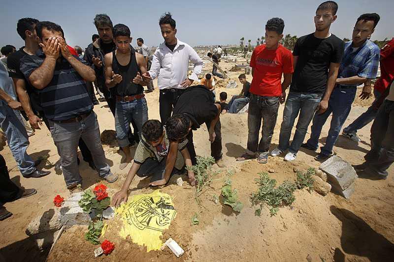 SISTA VILAN När processionen anländer till begravningsplatsen Al Shuhadar är graven redan grävd. Nael Qwader får sin sista vila sex timmar efter att han skjutits ihjäl. Morbrodern berättar att dödsskjutningarna händer hela tiden och att attacken mot Ship to Gaza-konvojen visar att Israel inte har några gränser. I släkten finns fem tidigare martyrer. De har dödats under kriget, vid sitt jobb, före sitt bröllop. Här är våldet vardag.