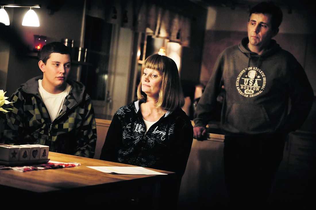 """""""Känns som att de misstror oss"""" Åsa Staflin har konstant värk i axlar och nacke. Läkarna kan inget göra. Nu blir hon utförsäkrad."""