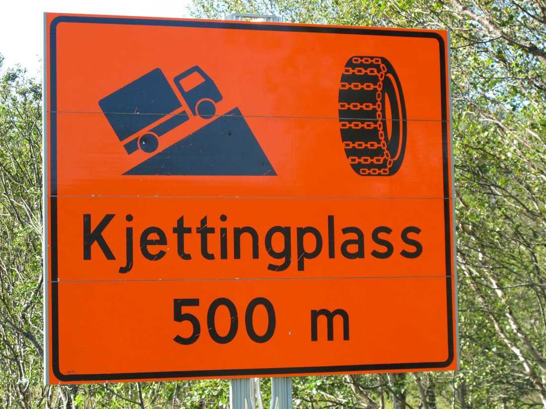"""I Norge finns det alltid en """"Kjettingplass"""" före besvärliga backar. Där måste lastbilarna svänga in och montera snökedjor om väglaget kräver det. Så borde det se ut i Sverige också."""
