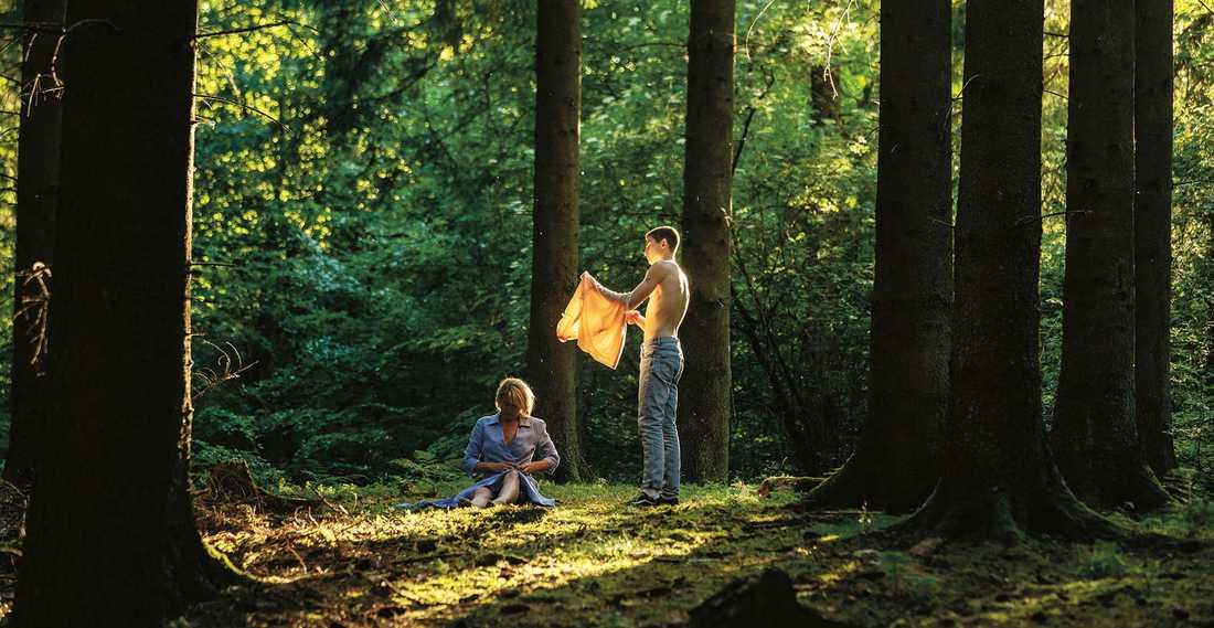 Trine Dyrholm och Gustav Lindh efter ett intimt möte i skogen.
