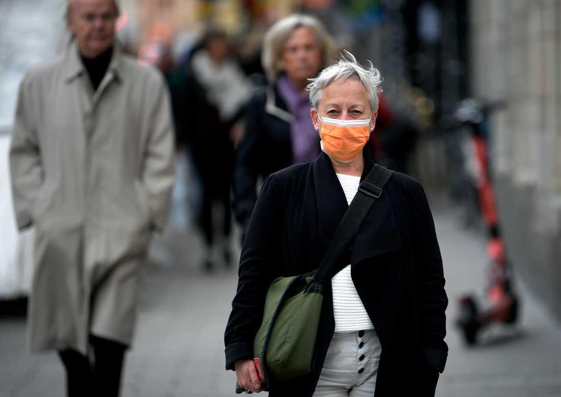 En kvinna som bär munskydd