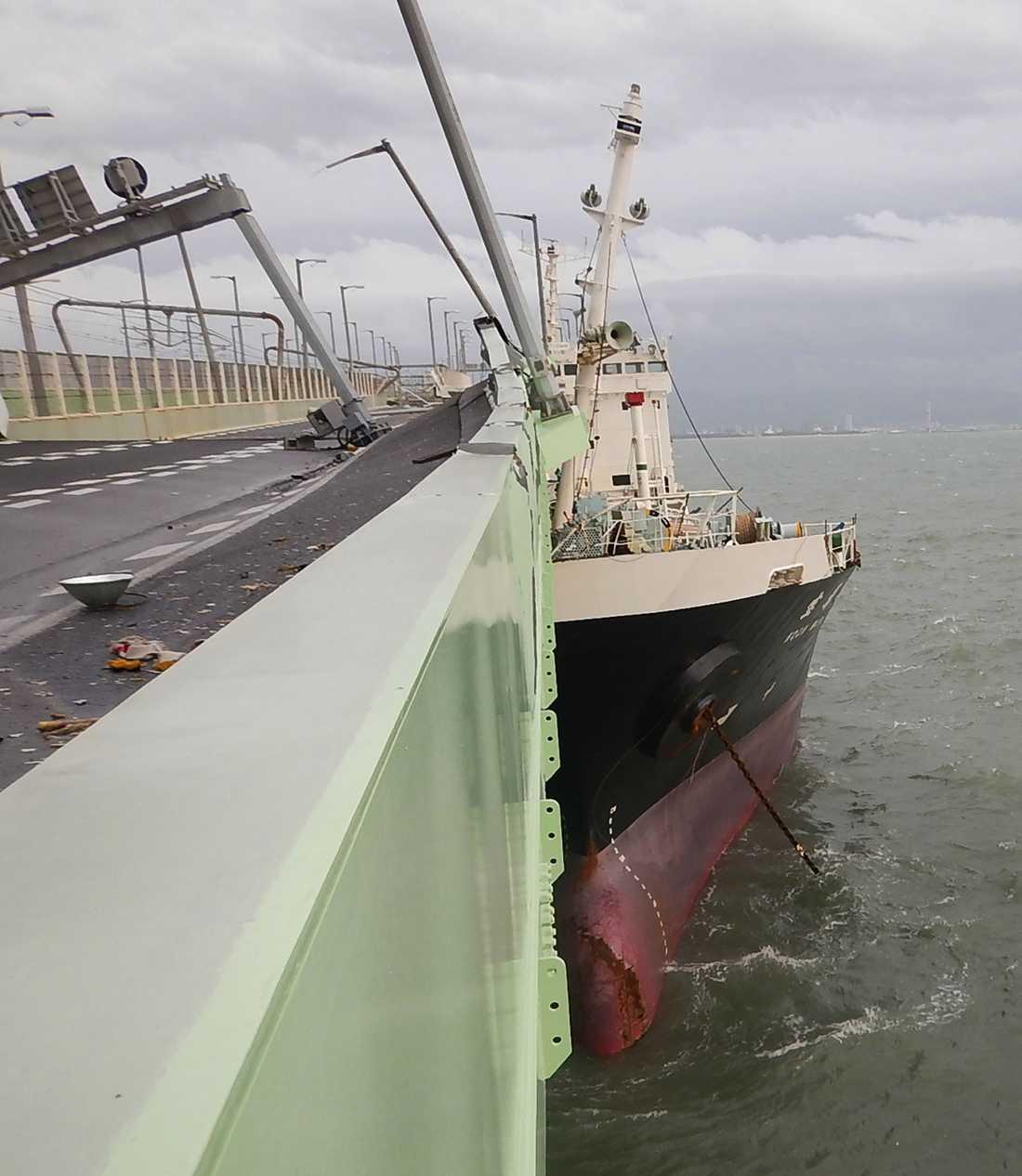 Ett tankfartyg kolliderade med en bro som leder till Kansai-flygplatsen, vilket gjorde att flygplatsen fick stänga.