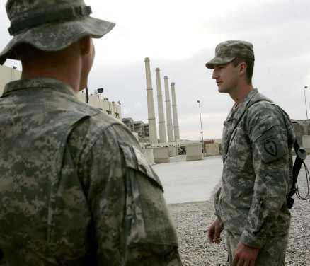 """""""CANCERFABRIKEN"""" Här ligger det enorma oljekraftverk som står för 70 procent av Bagdads el. Skorstenarna spyr ut rök, vilket har gjort att soldaterna döpt det till cancerfabriken. Kraftverket går inte för fullt just nu, många Bagdadbor har bara ström en stund var 20:e timme."""