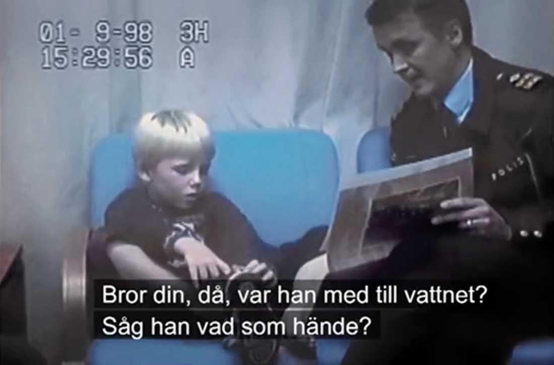 Rolf Sandberg i förhör med en av de misstänkta bröderna.