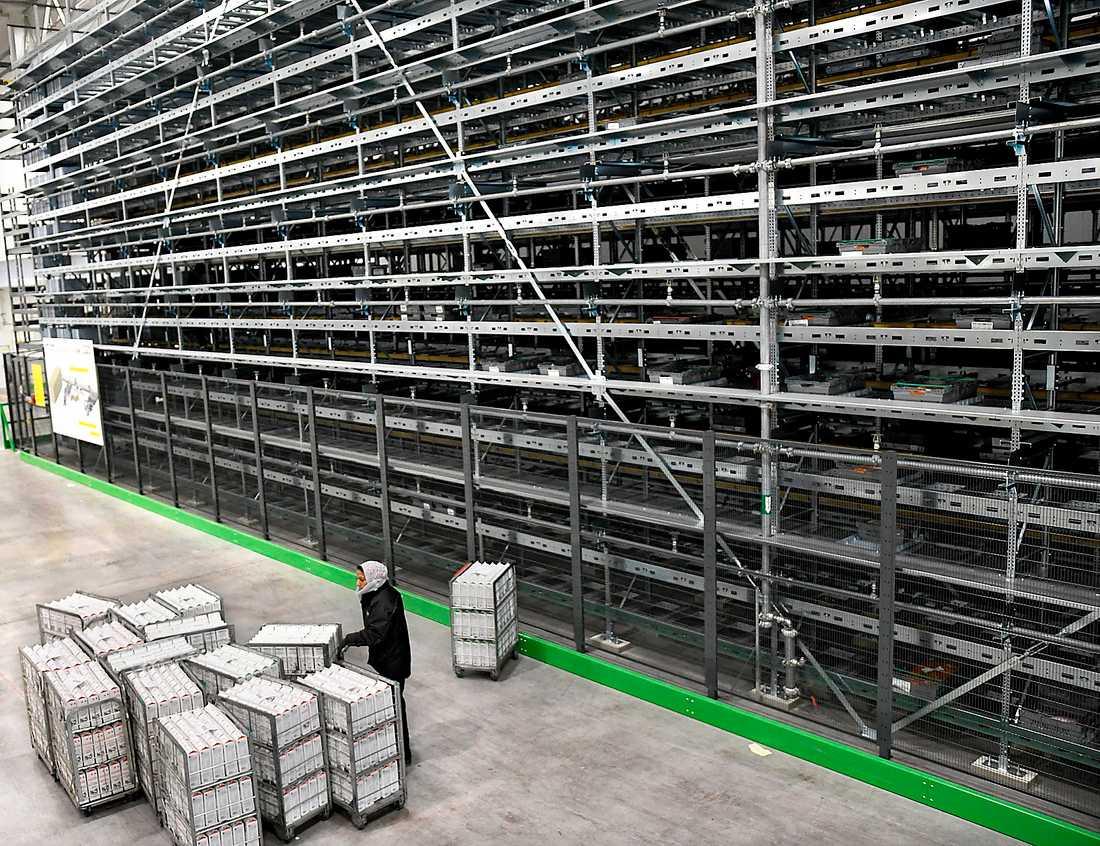 På Dagabs lager  i Jönköping fördelar en maskin automatiskt lådor på  brickor som sedan lagras i en femton våningar hög stålbur.
