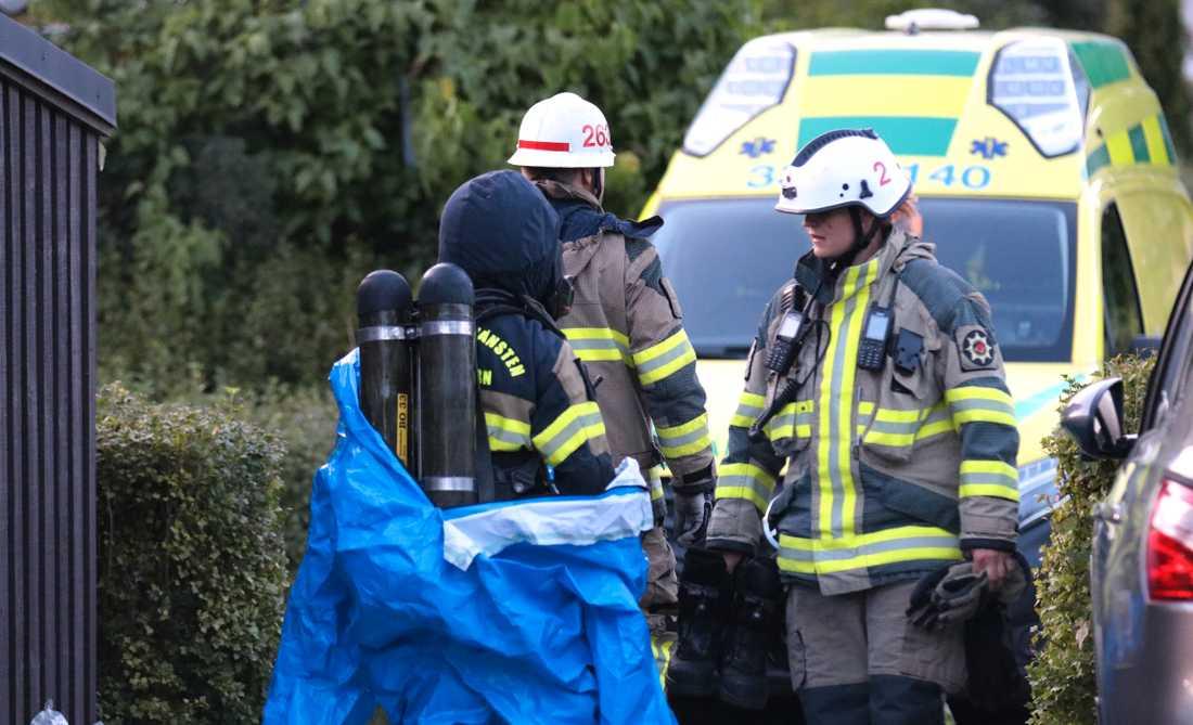 Räddningstjänst med kemdykare vid insats i Botkyrka kommun under måndagskvällen.