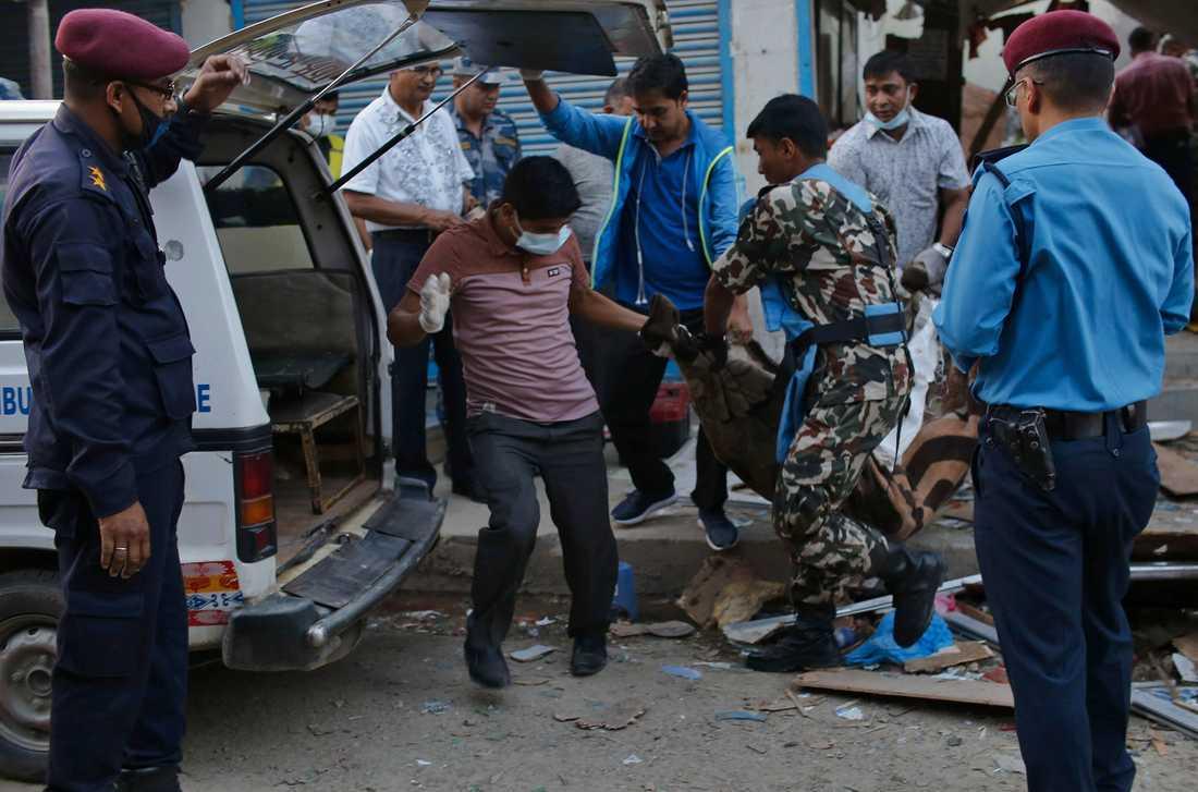 Räddningsarbetare vid platsen för en av explosionerna i Nepals huvudstad Katmandu.