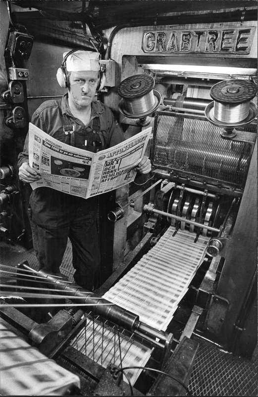 Ett vapen mot kotteriet  Tryckare Roland Bergstrand läser en tidning så färsk att trycksvärtan inte hunnit torka i Aftonbladets tryckeri 1976.