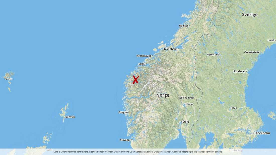 En 62-årig kvinna omkom i en svår trafikolycka i Møre och Romsdal i västra Norge. Sex andra personer skadades – varav en är i kritiskt tillstånd, tre är allvarligt skadade medan två har fått lättare skador.