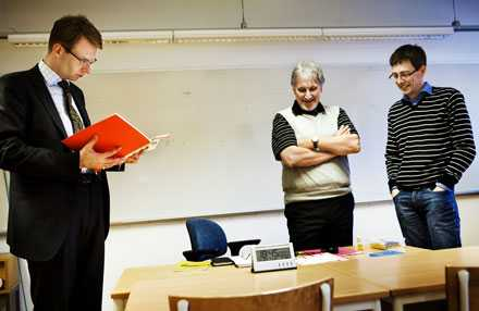 Lars Narvselius, testledare Christer Olesen och ordförande Johan Säfholm i testsalen.